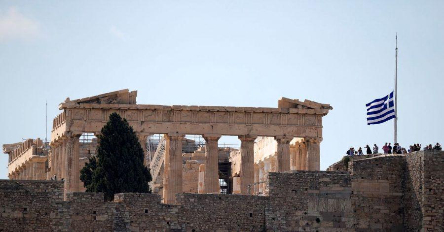 Die griechische Flagge weht nach dem Tod des griechischen Komponisten Mikis Theodorakis vor dem Parthenon-Tempel auf Halbmast.