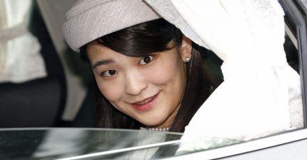 Die japanische Prinzessin Mako fährt in einem Auto am Kaiserpalast in Tokio vor.