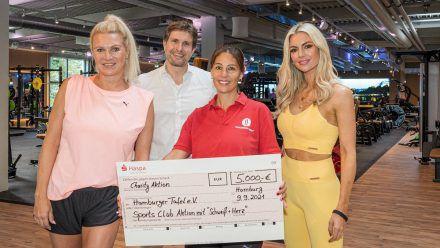 Magdalena Brzeska (l.), Rosanna Davison (r.) und Alexander Sosa übergaben eine 5.000-Euro-Spende an die Hamburger Tafel. (dr/spot)