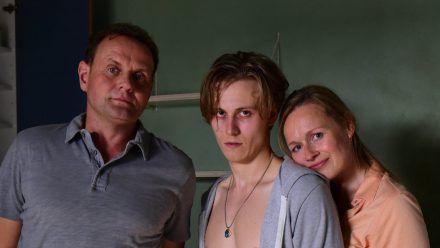 """""""Für immer Eltern"""": Niklas Wagner (Max Schimmelpfennig, M.) sucht bei seinen Eltern Michael (Devid Striesow) und Anja (Anja Schneider) Unterschlupf. (cg/spot)"""