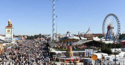 Menschen drängen sich in einer der Gassen auf der Festtagswiese des Oktoberfestes.