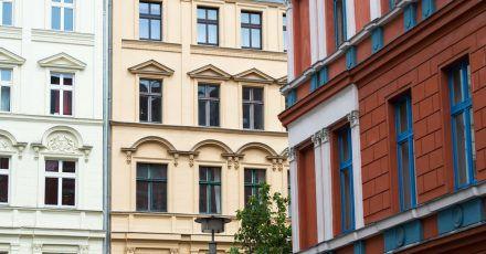 Ach wie schön die Kastenfenster. Oder etwa nicht? In Altbauten darf es durchaus auch mal zugig sein. Mieter können undichte Fenster jedenfalls nicht als Mangel geltend machen.
