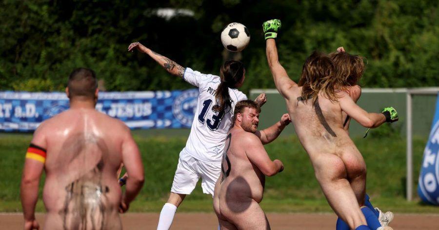 Spieler der Fußball-NACKTionalmannschaft kämpfen ohne Trikots gegen das Team der Pottoriginale (weiße Trikots) um den Ball.