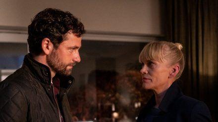 """""""Helen Dorn: Die letzte Rettung"""": Helen Dorn (Anna Loos) trifft in der Wohnung des Opfers Adrian Jessen (Florian Stetter) und berichtet ihm vom Tod seiner Freundin. (cg/spot)"""