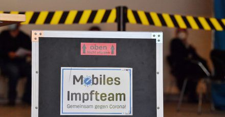 In Gera wurden Mitarbeiter eines mobilen Impfteams angegriffen. (Symbolbild)