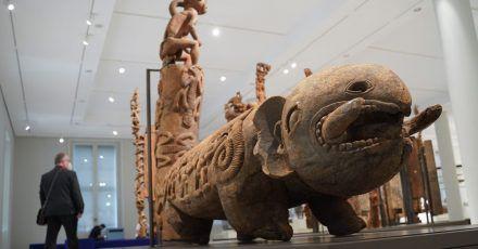 Eine Trommel aus Kamerun, die die Form eines Fantasietieres hat, ist im Humboldt Forum ausgestellt.