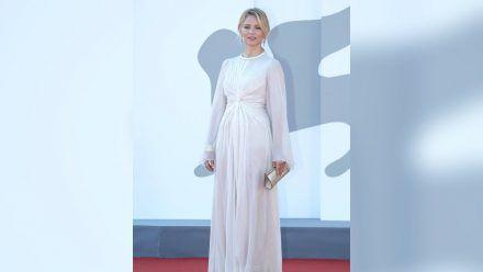 Belgiens Filmstar Virginie Efira in ihrer weißer Traumrobe in Venedig.  (ili/spot)