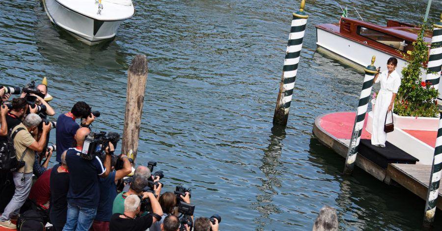Serena Rossi (r), Moderatorin der Eröffnungs- und Abschlussveranstaltung des Festivals, lässt sich im Vorfeld der 78. Internationalen Filmfestspiele von Venedig fotografieren.