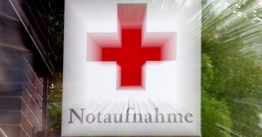 Ein Schild «Notaufnahme» mit einem roten Kreuz hängt an einem Krankenhaus in Hannover. Viele Pflegekräfte erleben laut Studien Gewalt im Krankenhaus.