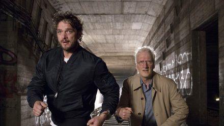 """""""Dengler - Die letzte Flucht"""": Privatdetektiv Dengler (Ronald Zehrfeld) und Dr. Bernhard Voss (Ernst Stoetzner) werden verfolgt. (cg/spot)"""