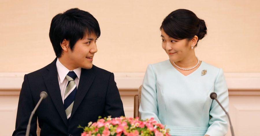 Die japanische Prinzessin Mako (r) und ihr Studienfreund Kei Komuro geben auf einer Pressekonferenz ihre Verlobung bekannt.