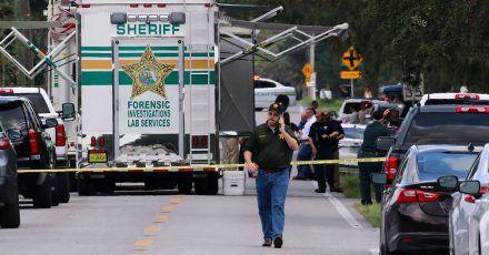 Kriminalbeamte im US-Bundesstaat Florida untersuchen nach einer Schießerei mit mehreren Toten den Tatort.