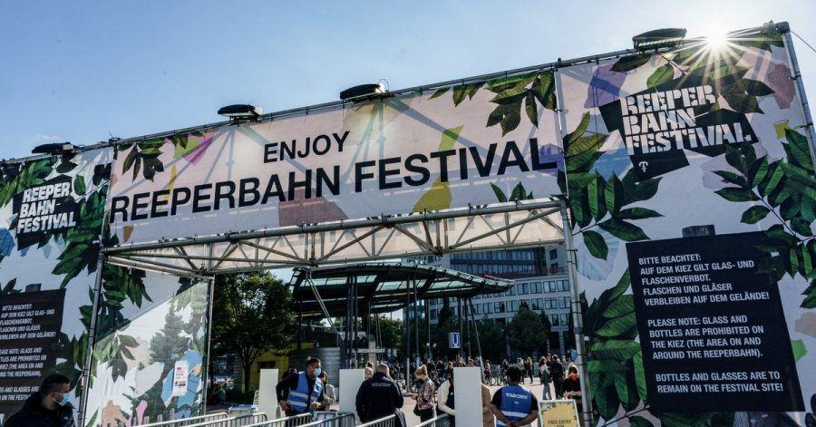 Besucher des Reeperbahn Festivals ckecken mit einem QR-Code ein.