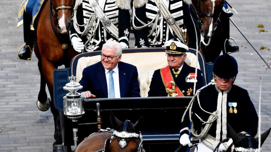 König Carl Gustaf und Frank-Walter Steinmeier fahren mit der Kutsche durch Stockholm. (ili/spot)