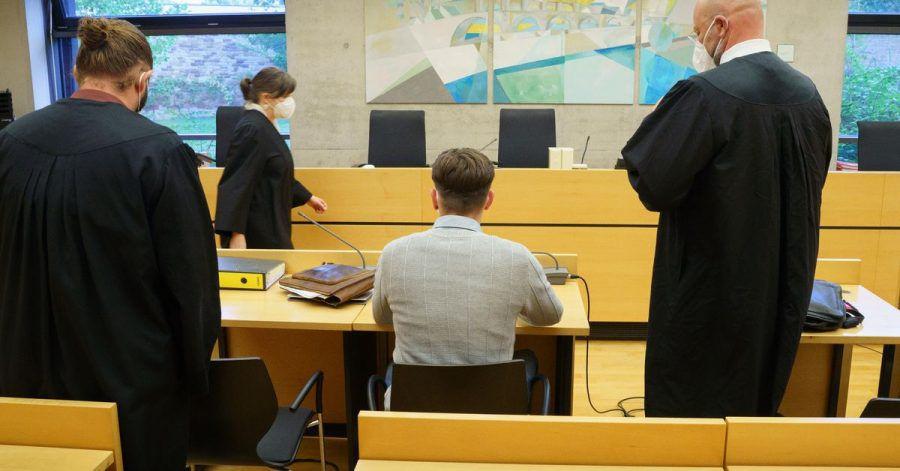 Der angeklagte Raser zu Prozessbeginn im Würzburger Landgericht.