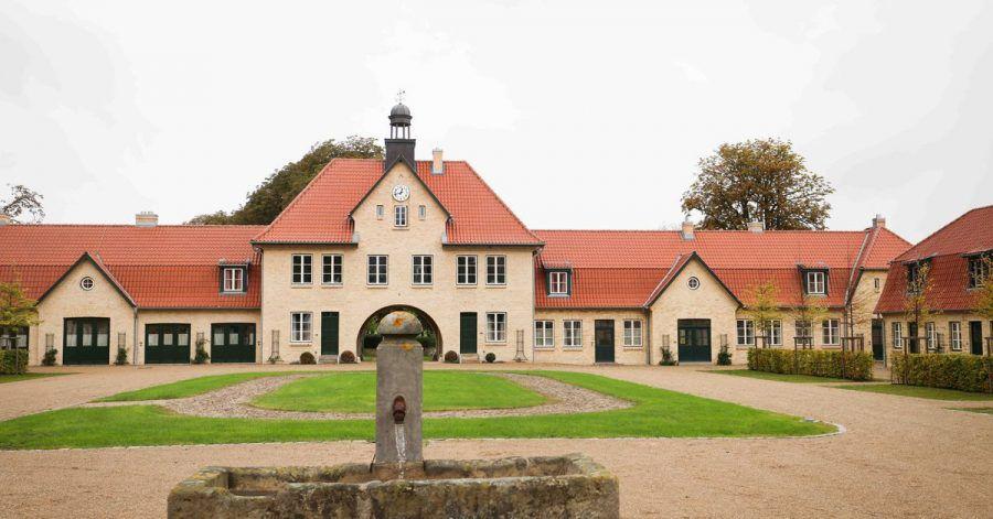 Blick auf das Torhaus auf Gut Immenhof. Das als Filmkulisse bekannten Gut Immenhof öffnet ab dem 1. Oktober 2021 als Hotel.