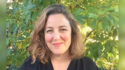 Serienmacherin Anna Winger vertieft ihr Engagement für Netflix. (smi/spot)