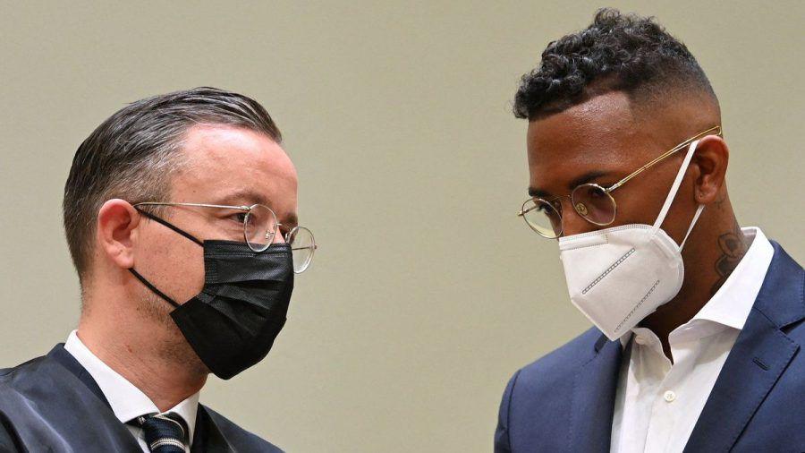 Jérôme Boateng mit seinem Anwalt bei Prozessauftakt. (jom/spot)
