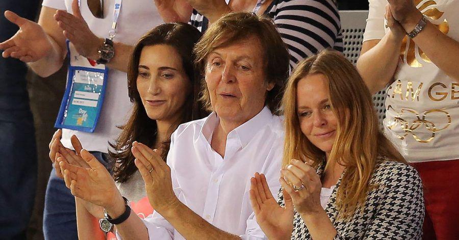 Paul McCartney (M) applaudiert mit seiner Frau Nancy Shevell und seiner Tochter Stella (r). (Archivbild)