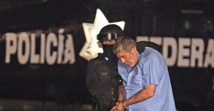 Vicente Carrillo Fuentes alias «El Viceroy» wird von einem Polizisten abgeführt (2014).