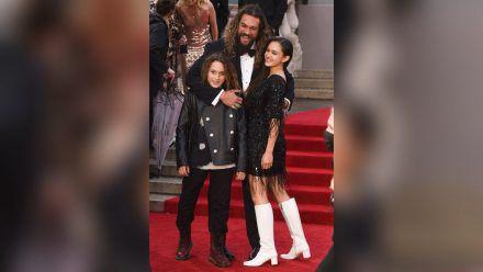 """Jason Momoa mit seinen Kindern Nakoa-Wolf und Lola bei der Premiere von """"Keine Zeit zu sterben"""" in London. (aha/spot)"""