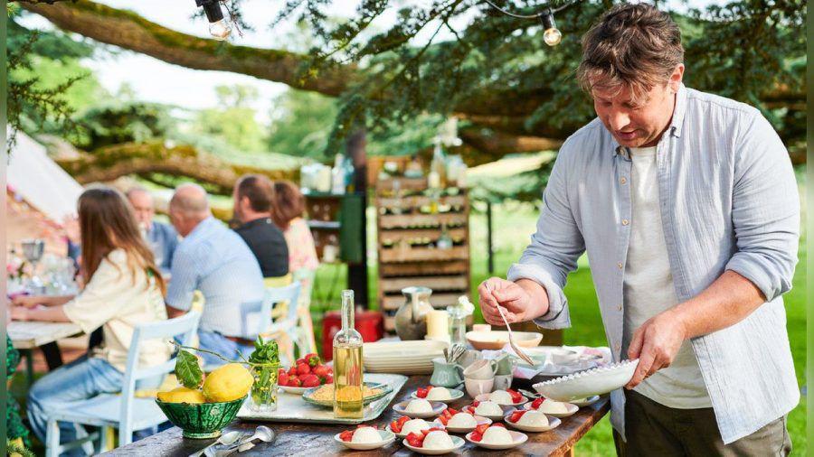 """Jamie Oliver verwöhnt seine Lieben in der neuen Koch-Show """"Jamie Oliver: Together - Alle an einem Tisch"""". (mia/spot)"""
