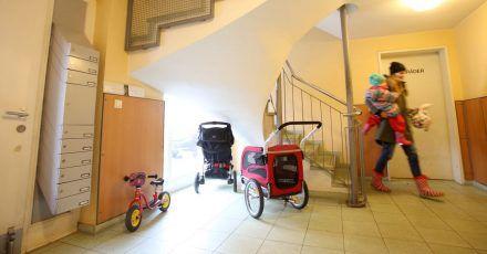 Die Hausordnung enthält viele Regelungen - zum Beispiel über Plätze zum Unterstellen von Rollatoren, Kinderwagen und Fahrrädern.