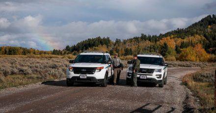 Beamte der U.S. Park Ranger blockieren den Zugang für Fahrzeuge östlich des Grand Teton National Park in Wyoming.