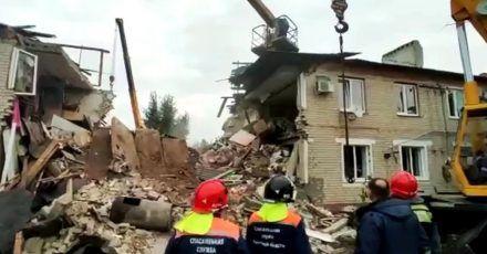 Das Standbild aus einem Video des russischen Katastrophenschutzministeriums zeigt Rettungskräfte vor einem nach einer Gasexplosion zerstörten zweistöckigen Wohnhaus.