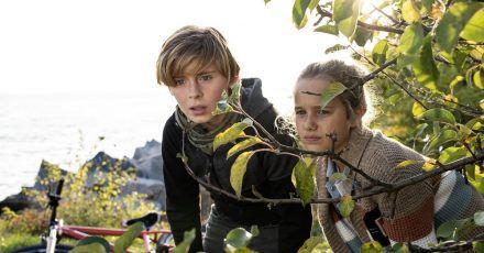 """Leander Pütz als Jonny und Charlotte Martz als Clarissa in einer Szene des Films """"Die Pfefferkörner und der Schatz der Tiefsee""""."""