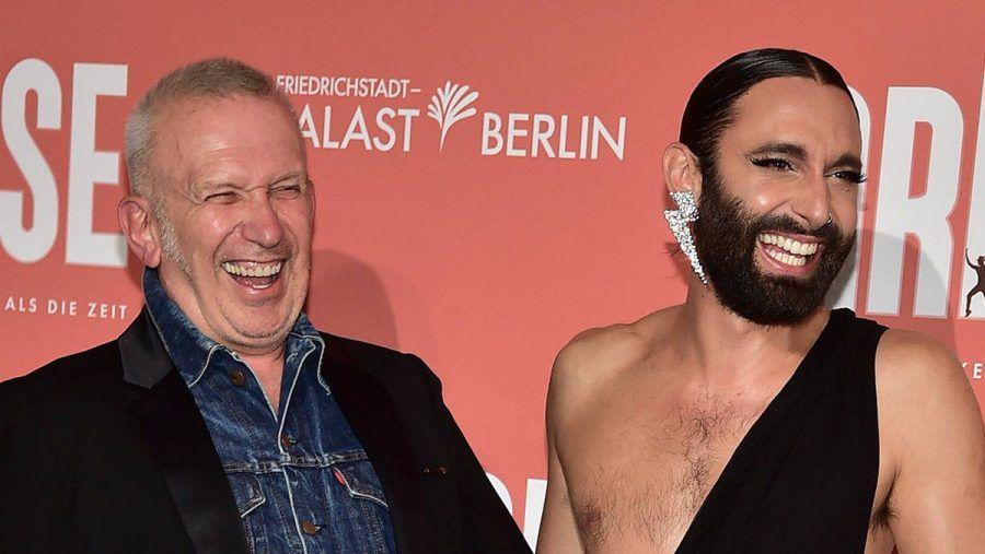 Jean Paul Gaultier und Conchita Wurst amüsieren sich auf dem roten Teppich in Berlin. (ili/spot)