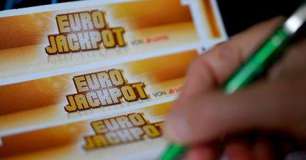 Ein Mann füllt einen Eurojackpot-Lotterieschein aus. Symbolbild