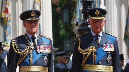 Prinz Philip (l.) und Prinz Charles im Jahr 2012. (wue/spot)