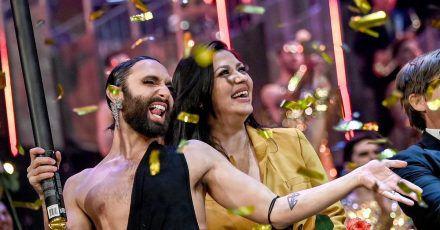 Conchita Wurst (l) feiert Jasmin Shakeri nach der Premiere der neuen Show «Arise», in den Friedrichstadt-Palast.
