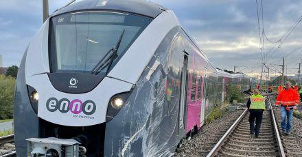 Ein Zug ist während des Rangierens an einer Weiche aus dem Gleis gesprungen.
