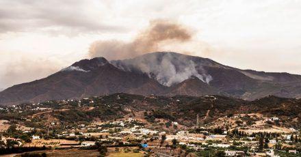 Rauch steigt in der Nähe des Örtchens Jubrique in der Provinz Málaga auf.