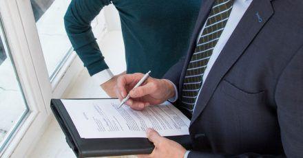 Mündliche Absprachen schriftlich festhalten: Wer einen Standard-Mietvertrag nutzt, sollte darauf achten, dass die wichtigsten Punkte geregelt sind.