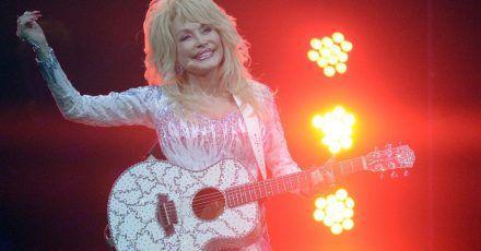 US-Sängerin Dolly Parton tritt in der Lanxess Arena in Köln auf.