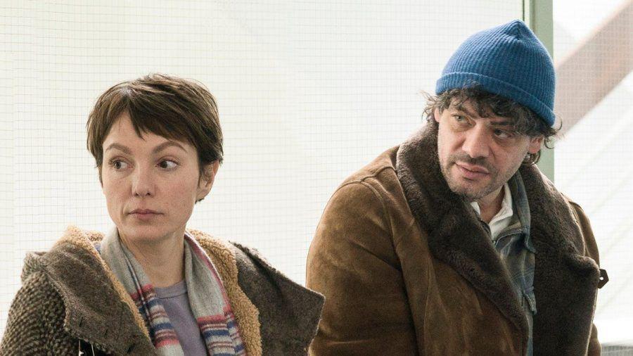 """""""Auf dünnem Eis"""": Ira (Julia Koschitz) begleitet Konrad (Carlo Ljubek) bei seinen Behördengängen und wartet mit ihm auf dem Gang im Sozialamt. (cg/spot)"""