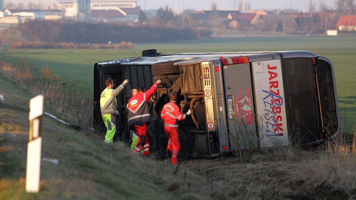 Wenn der Reisebus umkippt kann er schnell zur Falle werden
