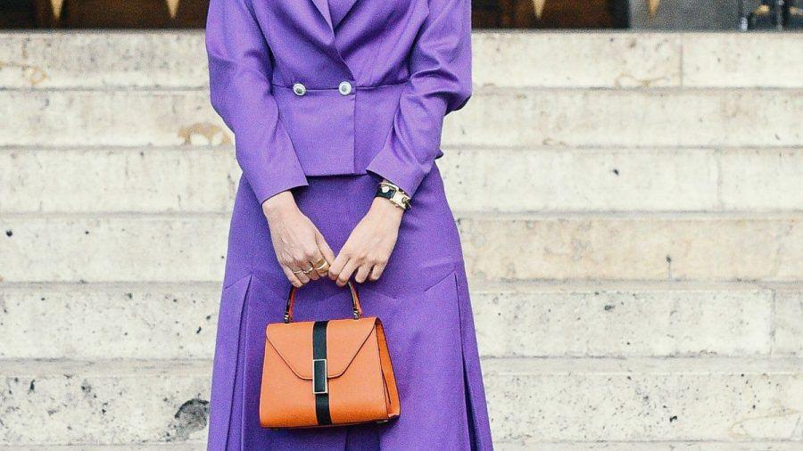 Auch zum femininen Business-Look lassen sich die trendigen Statement-Handtaschen stylen. (eee/spot)