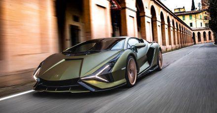 Flotte Flunder: Der V12-Motor mit Hybrid-Technologie im 1,13 Meter flachen Lamborghini Sián katapultiert die Passagiere in 2,8 Sekunden auf Tempo 100.