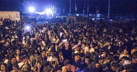 In der katalanischen Hauptstadt haben sich am Wochenende Zehntausende junge Leute zu riesigen Partys getroffen.