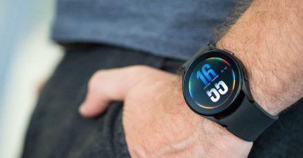 Flach und schön schlicht. Die Galaxy Watch 4 wirkt nicht aufdringlich technisch sondern eher wie eine normale Uhr. Wer das nicht mag, kann ein extrabuntes Ziffernblatt wählen.
