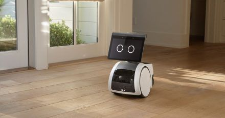Amazon stellt seinen Haushaltsroboter mit dem Namen Astro vor - er hat einen Bildschirm, kann seine Umgebung mit Kamera und Mikrofon erfassen und bewegt sich auf Rädern durchs Haus.