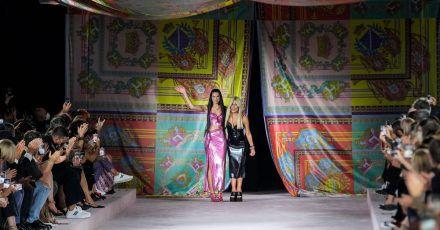 Popstar Dua Lipa (l.) und Donatella Versace nach der Show in Mailand.
