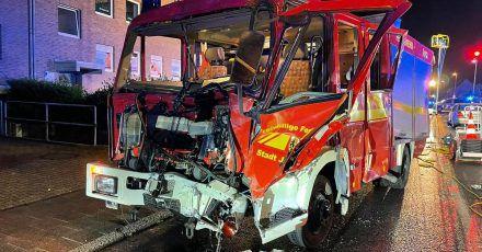 Das beim Einsatz mit einem LKW kollidiertes Löschfahrzeug der Feuerwehr steht in einer Straße.