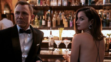 Daniel Craig zum letzten Mal als James Bond, an seiner Seite Ana de Armas als CIA-Kontakt Paloma. (stk/spot)