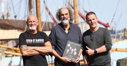 Björn Both (l-r), Hans-Timm Hinrichsen und Axel Stosberg von der Band Santiano werben für ihr Buch.