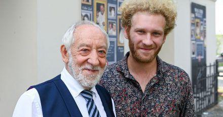 Der Theaterleiter und Komiker Dieter Hallervorden (l) und sein Sohn, der Schauspieler Johannes Hallervorden, stehen bei der Vorstellung des Programms für die neue Spielzeit vor dem Schlosspark Theater.